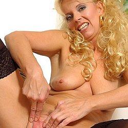 blonde oma spreizt ihre haarige muschi